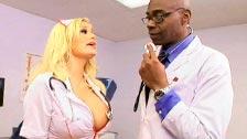 Il dottor Sean Michaels sa cosa prescrivere all\'infermiera Shyla Stylez