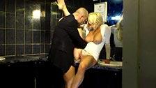 Sienna Day xaveca um cara em um clube e eles transam no banheiro
