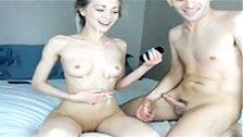 Amateur rubia de cuerpo delgado folla con su novio tras la webcam
