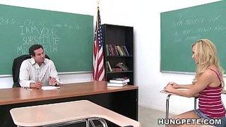 Mae Meyers transa com seu professor na sala de aula