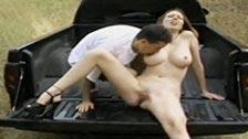 Ruchanko na tyłach samochodu z piękną i cycatą dziewczyną
