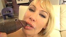 Mellanie Monroe si diverte con un cazzo nero nella sua bocca lussuriosa