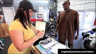 Angelina Castro apre la figa per prendere un cazzo nero col preservativo