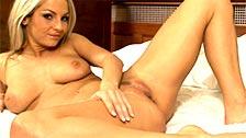 A loira Vendula Bednarova em uma sessão de masturbação na cama