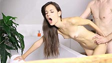 Nikola es una delgada que aparece follando vaginalmente en el baño