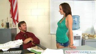 Jada Stevens fickt auf einem Pult ihres Klassenzimmers