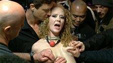 Audrey Hollander torturada por tres locos sádicos en un bar público