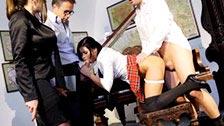 Latitulo studentessa Victoria Blaze riceve una punizione sessuale dai suoi insegnanti