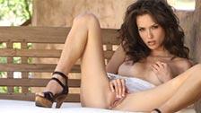 Malena Morgan masturbándose en un banco al aire libre