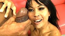 A asiática Max Mikita faz sexo com um negro neste vídeo intenso