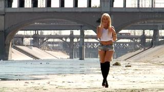 Anikka Albrite présente son corps en se promenant nue à travers les rues de LA