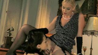 Kathia Nobili e Sophie Lynx fazem um trio com sexo anal estilo anos 50