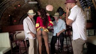 Egzotyczna kelnerka z Kuby, Katia De Lys rucha się ze swoimi klientami
