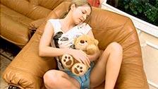 Ivana Fuaklot si masturba la figa accanto il suo orsacchiotto