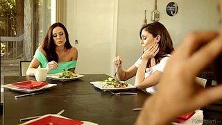 La sporca matura Kendra Lust scopa con la giovane Ariana Marie