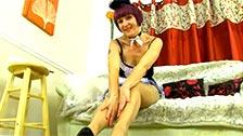 Penny Brooks è una vecchia domestica che indossa collant e mostra la figa