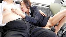 La secrétaire japonaise Reiko Kobayakawa suce son patron