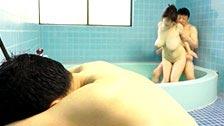 Rin Aoki fica bêbada e transa na frente do marido que está dormindo