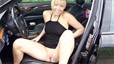 Une belle nana blonde allemande a des relations sexuelles à côté d\'une voiture et à l\'extérieur
