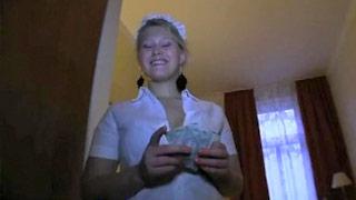 Anna interpreta una cameriera francese sexy che viene inculata brutalmente