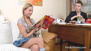 Amy joue une nymphette chaude pour son petit ami et il pilonne son cul