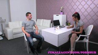 Billie Star faz sexo anal no escritório do patrão