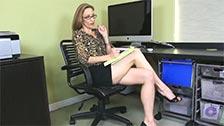 La milf Victoria Blaze si strofina il clitoride in ufficio