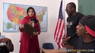 Nadia Ali è una professoressa di arabo che insegna a dei neri arrapati