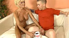 Starsza kobieta pragnie dolać świeżej spermy do swojej kawy