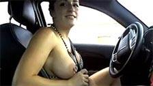 Amateur se pasea exhibiéndose sin bikini desde su coche