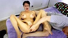 Angie Noir se masturba e chupa o pau do próprio filho
