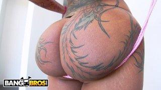 Bellz Bella abre a bunda e faz sexo anal intenso