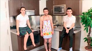 Dos nerds se follan a la joven Soraya Alcalá en un curso de cocina