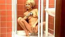 A loirinha safada Mellory se masturba no chuveiro