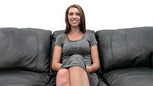 A sorridente Courtney enfrenta um teste pornô pela primeira vez