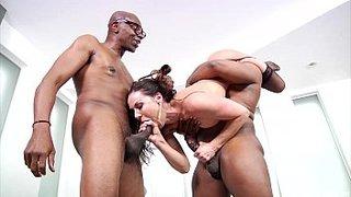 Deux hommes noirs bien bâtis baisent la plantureuse MILF Kendra Lust