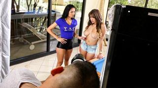 Cassidy Banks et Abby Lee Brazil jouent ensemble avec leurs chattes humides