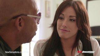 Jennifer White savoure la grosse bite noire de Shane Diesel