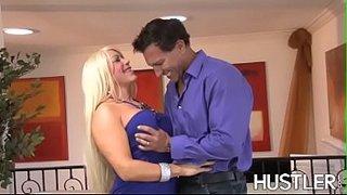 Alexis Diamond, die MILF mit den geilen Titten, wird von Marco Banderas in den Po gefickt