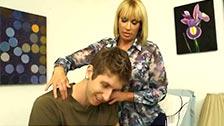 Die MILF Mellanie Monroe verführt ihren Stiefsohn und fickt ihn