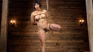 Mia Li é amarrada e suspensa com cordas em uma violenta sessão de sexo