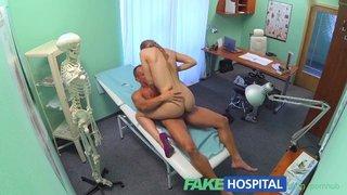 Alexis Crystal baise un patient qui déprime dans la salle de consultation
