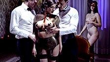 Henessy hat in einem Fetischclub Sex mit zwei Gentlemen