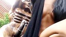 Une nympho se gode avec une statue africaine