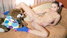 A adorável ninfetinha Milena D Sunna fica peladinha em seu quarto