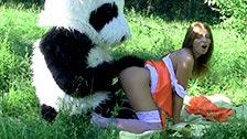 Madelyn se fait niquer par un panda dans la foret