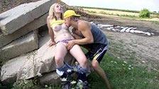 Seks analny na ziemi z blond rolkarką