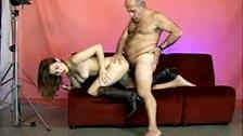 Junges Model wird in Fotostudio von dreckigem alten Mann gefickt