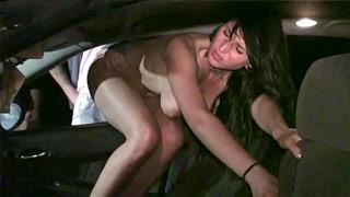 Roxy Taggart practicando dogging con desconocidos en un coche
