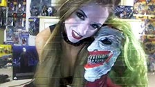 Kitty Purrz se masturba usando uma fantasia de Harley Quinn